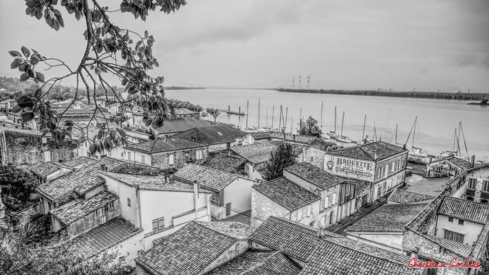 (Noir et blanc) La ville basse de Bourg-sur-Gironde depuis le belvédère. Samedi 26 septembre 2020. Photographie HDR © Christian Coulais