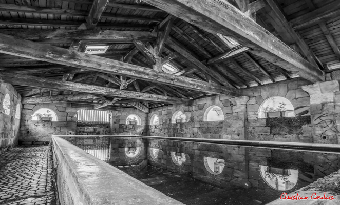 (Noir et blanc) Le lavoir de Bourg-sur-Gironde (1828). Samedi 26 septembre 2020. Photographie HDR © Christian Coulais