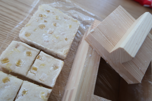 クリームチーズで。枡形の物相型で押してみる。