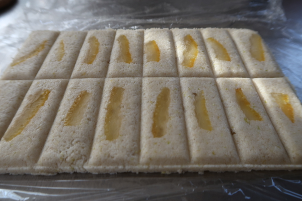 夏ミカンの砂糖漬けを表面に並べてみた。水分を切ったヨーグルトで。