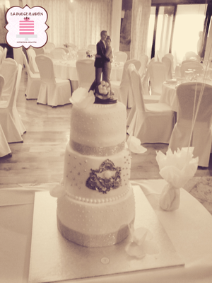 Tarta de boda personalizada romántica de 3 pisos con bizcocho de chocolate. Tartas de boda en Cartagena, Murcia. Tarta de boda espectacular.