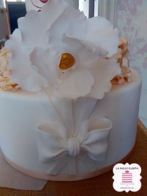 Tarta de boda personalizada con lazo y flores. Tarta sencilla para boda. Tartas de boda en Cartagena, Murcia. Tarta de boda espectacular.