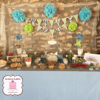 Mesa dulce comunion en Cartagena. Candy bar comunion en Cartagena. Tarta de comunion, decoracion rustica, cupcakes, cakepops, cookies, bagel, golosinas, frutos secos, decoracion azul y verde. La dulce ilsuion