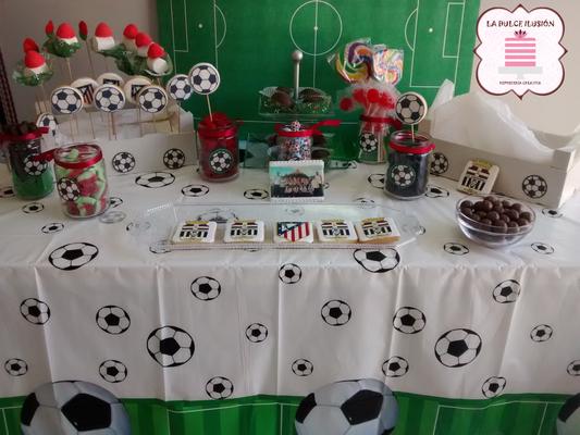 Mesa dulce comunion futbol en Cartagena. Candy bar comunion futbol en Cartagena. Tarta de comunion, decoracion estilo futbol, cupcakes, cakepops, cookies, bagel, golosinas, decoracion verde y blanco, balones de futbol. La dulce ilsuion