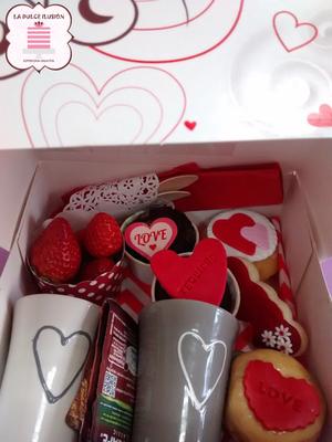 Desayuno a domicilio romántico en Murcia y Cartagena, decorado con corazones y cupcakes. Repostería recién horneada. Desayunos La dulce ilusión