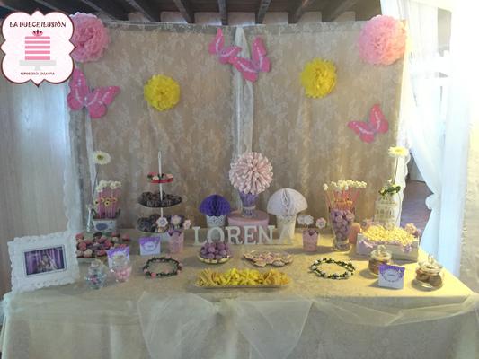 Mesa dulce comunion en Cartagena. Candy bar comunion en Cartagena. Tarta de comunion, decoracion mariposas, cupcakes, cakepops, cookies, bagel, golosinas, decoracion rosa y lila. La dulce ilsuion