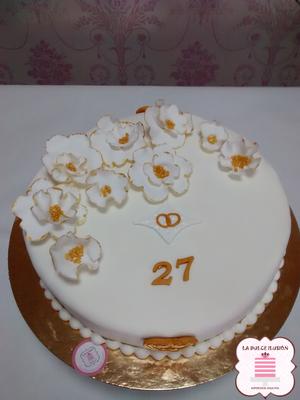 Tarta de boda personalizada con anillos y flores. Tarta para boda en colores dorado y blanco. Tartas de boda en Cartagena, Murcia. Tarta de boda espectacular.