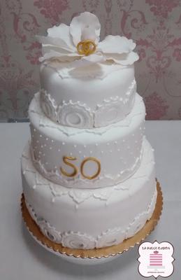 Tarta de boda personalizada de 3 pisos con motivos florales. Tarta para las bodas de oro. Tartas de boda en Cartagena, Murcia. Tarta de boda espectacular.