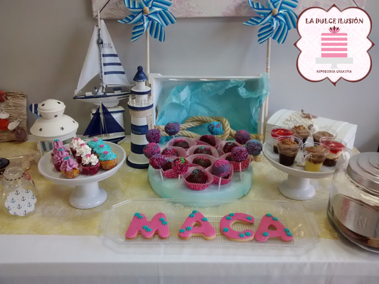 Mesa dulce comunion en Cartagena. Candy bar comunion en Cartagena. Tarta de comunion, decoracion estilo marinero, cupcakes, cakepops, cookies, bagel, golosinas, decoracion azul. La dulce ilsuion