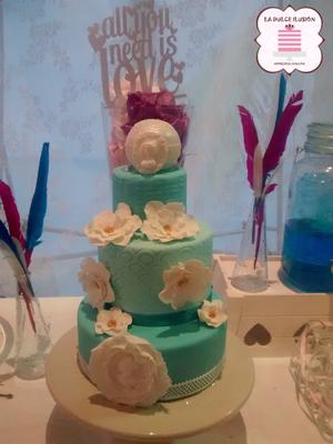 Tarta de boda con flores de 3 pisos. Pastel de boda con fondant en Cartagena, Murcia. Tarta de boda espectacular.