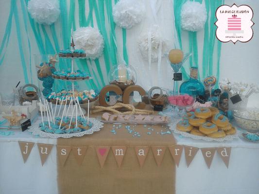 Mesa dulce en la playa Cartagena. Candy bar boda en Cartagena. Tarta de boda, cupcakes, cakepops, cookies, bagel, golosinas, decoracion blanco, azul y marron. La dulce ilsuion