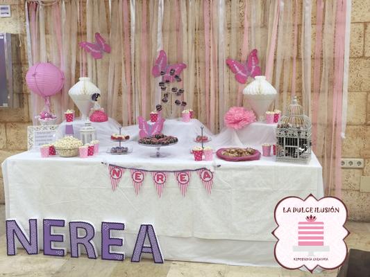 Mesa dulce comunion en Cartagena. Candy bar comunion en Cartagena. Tarta de comunion, decoracion mariposas, cupcakes, cakepops, cookies, bagel, golosinas, decoracion rosa y blanco. Photocall comunion, fotos. La dulce ilsuion