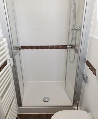 Modernes Bad mit Dusche bei Elodie Serviced Apartments in Vaterstetten bei München