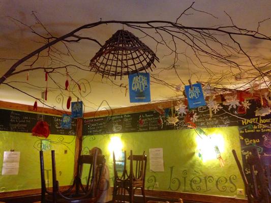 La salle chaleureuse d'un petit bar à bières de Chambéry