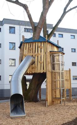 großes Baumhaus mit Röhrenrutsche