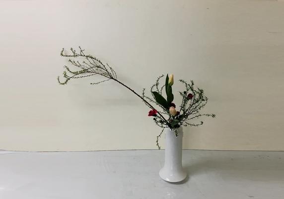 2019.3.6 <雪柳 チューリップ スプレーカーネーション> Akikoさんの作品です。花瓶に「かたむけるかたち」のお稽古2回目。