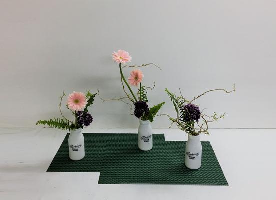 <ガーベラ スカビオサ タマシダ 雲竜柳(ウンリュウヤナギ)> Rikuくんの作品です。「ならぶかたち」の応用編です。複数花器にいけてみました。
