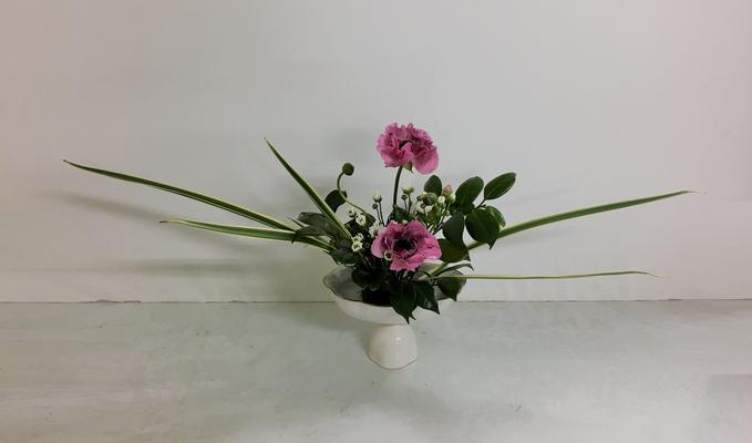 2019.3.13 <斑入りキキョウラン ラナンキュラス 小菊 椿> Akikoさんの作品です。