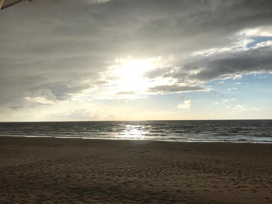 Narva-Jõesuu: Ein Sonnenloch über der Ostsee kämpft sich durch