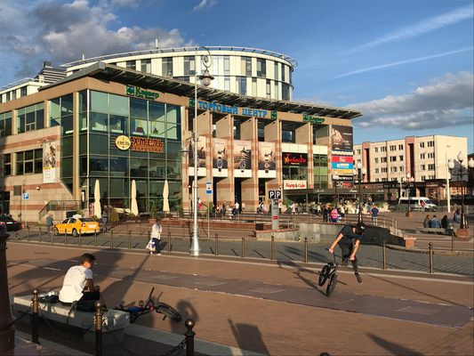 Moderne Einkaufszentren am Kaliningrader Siegesplatz