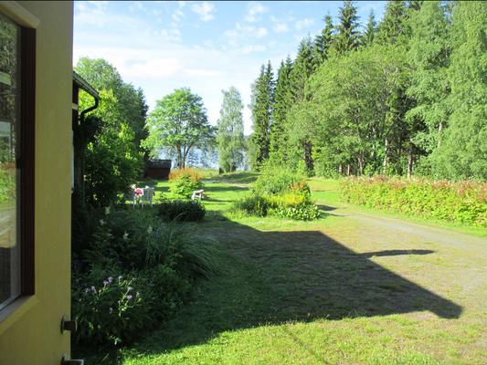 Ausblick auf den Garten und den See