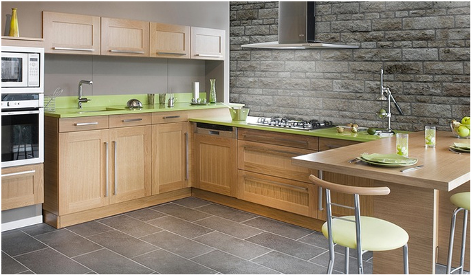 Cuisine en bois massif - Cadre droit avec panneau central rainuré - Plan de travail en bois massif et matière minérale.