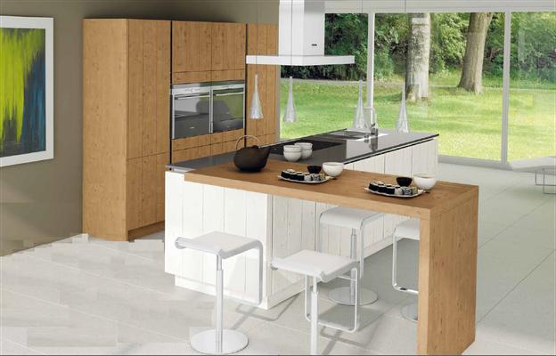 Façades striées coloris bois clair et laque blanche - Table attenante au plan de cuisson en épi.