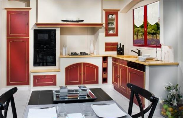 Cuisines rouges rechampie jaune - Portes cintrées sous la plaque de cuisson.
