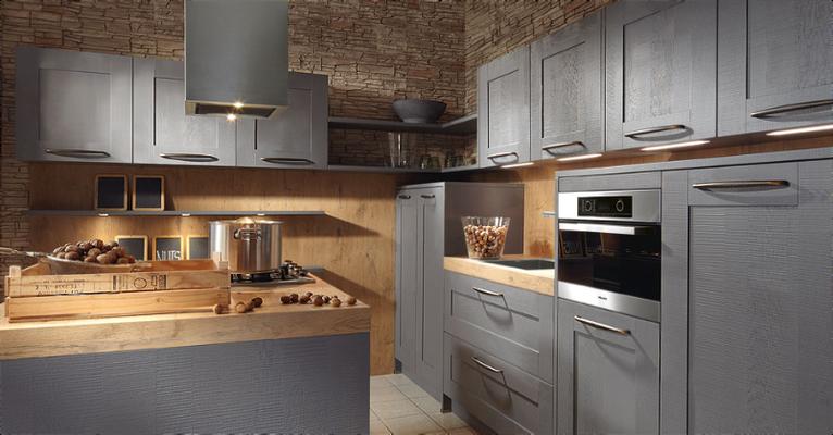 Associations singulières: bois teinté naturel et façades laquées grises - Spots encastrés sous les meubles hauts.