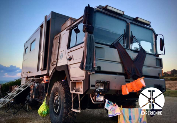 Erfolgreich zum Wäscheständer umgebautes Expeditionsmobil/Weltreisefahrzeug am Meer. Multifunktionale Fahrzeuge müssen einiges können.