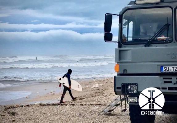 Mit dem Fernreisemobil zum Strand. Surfen, Kiten, Baden, - was auch immer - zuhause bleiben wäre schlimmer. Perfektes Leben im Expeditionsmobil
