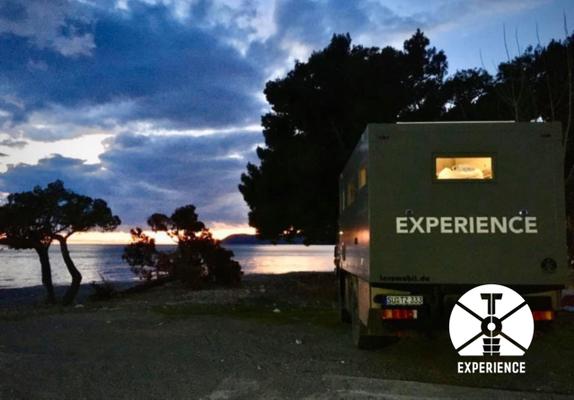 Wenn die Nacht kommt vor dem Weltreisemobil. Wohlig warm in der Wohnkabine des Expeditionsmobil - Ruhe, Frieden, Gutes Gefühl
