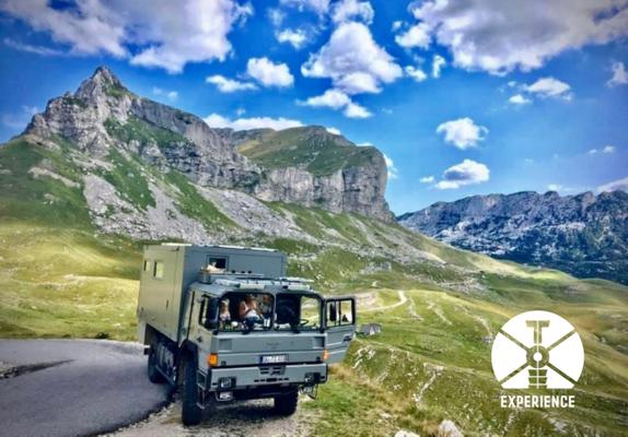Expedition Vehicle Dreams in Montenegro. unabhängiges Reisen im Expeditions-LKW durch die Berge. Wunderbare Landschaften.