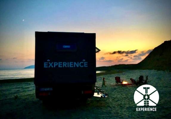 Abendstimmung - Ruhe - Gelassenheit, wenn die Nacht herreinbricht im Weltreisemobil/Expeditionsfahrzeug am Strand in der Welt.