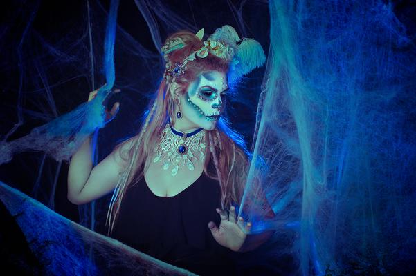 Foto/Edit: C.N. Foto Model/Styling: Runa Jold Lady Sugar Skull Schmuck: Bloody Brilliants, Choker in weiß blau und weißer Blumenkranz
