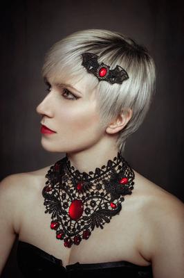Foto/Edit: C.N. Foto Model/Styling: lexxy.b_art (Instagram) Schmuck: Bloody Brilliants, Gothic Collier Flügel und Fledermaushaarspange