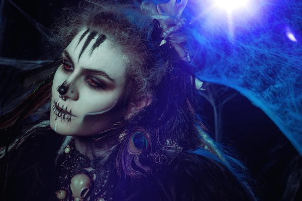 Foto/Edit: C.N. Foto Model/Styling: Runa Jold Schmuck: Bloody Brilliants, Gothic Collier Antik mit Vogelschädeln und Ohrringen, Voodoo Queen