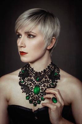 Foto/Edit: C.N. Foto Model/Styling: lexxy.b_art (Instagram) Schmuck: Bloody Brilliants, Gothic Collier Flügel in grün mit Ring