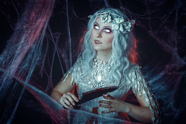 Halloween Dead Bride, Foto/Edit: C.N. Foto, Model: LillyFee Cosplay, Styling: MK Hair & Make-up Artist, Schmuck: Collier Flügel und Blumenkranz in weiß