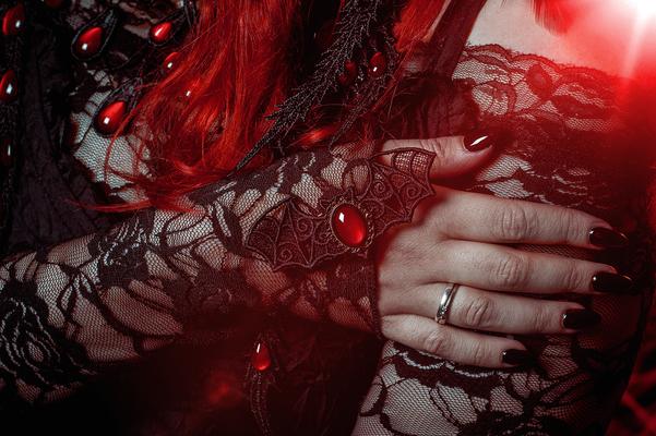 Foto/Edit: C.N. Foto Model/Styling: Jey_von_O Schmuck: Bloody Brilliants, Gothic Fledermaushaarspange in rot