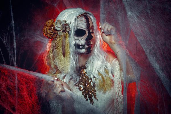 Foto/Edit: C.N. Foto Model/Styling: MK Hair & Make-up Artist Schmuck: Bloody Brilliants, Steampunk Collier, Blumenkranz und Haarfeder in gold, Halloweenbride