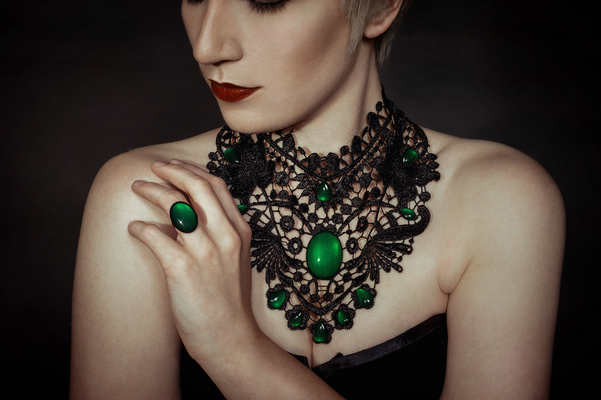 Foto/Edit: C.N. Foto Model/Styling: lexxy.b_art (Instagram) Schmuck: Bloody Brilliants, Gothic Collier Flügel in grün mit Ring