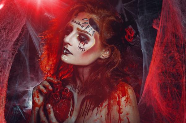 Foto/Edit: C.N. Foto Model/Styling: Bemaltes Kind Schmuck: Bloody Brilliants, Anhänger groß Rosen schwarz rot, Ouijamakeup