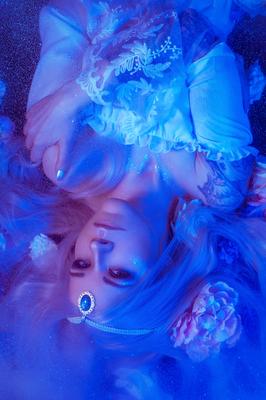 Foto/Edit: C.N. Foto Model/Styling:  Sara Scharff / Sara Ambivalent Schmuck: Bloody Brilliants, Choker Posament in weiß blau als Diadem
