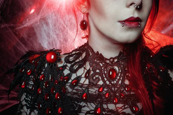 Foto/Edit: C.N. Foto Model/Styling: Jey_von_O Schmuck: Bloody Brilliants, Gothic Collier Tropfen in rot, Red Queen