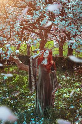 Ostera, Foto/Edit: Christin Dolejs Model/Styling: Lucia Valchiria Schmuck: Bloody Brilliants Blumen Anhänger