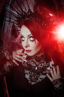 Foto/Edit: C.N. Foto Model/Styling: Jey_von_O Schmuck: Bloody Brilliants, Gothic Collier Flügel in schwarz Glitzer, Black Widow