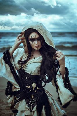 Mystic Witch mit Rabenschädeln, Foto/Edit: C.N. Foto Model/Styling: Vanadis Schmuck: Bloody Brilliants Schädelcollier