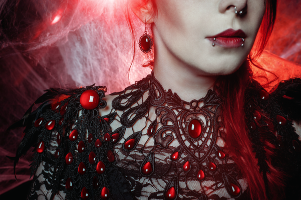 Foto/Edit: C.N. Foto Model/Styling: Jey_von_O Schmuck: Bloody Brilliants, Gothic Collier Tropfen in rot, Red Queen