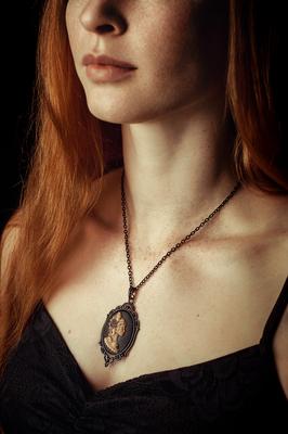 Foto/Edit: C.N. Foto Model/Styling: jess.khn (Instagram) Schmuck: Bloody Brilliants, Großes Collier Antik mit Perlen lila